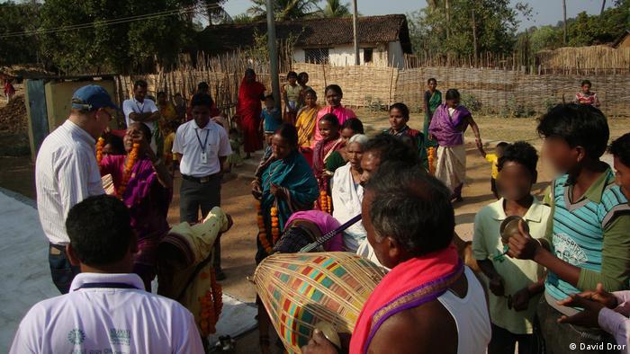 David Dror habla con los habitantes de Gorigama, en India.