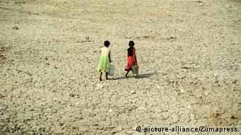 Οι συνέπειες της ξηρασίας: στην Ινδία μικρά παιδιά κάνουν χιλιόμετρα για να μεταφέρουν λίγο πόσιμο νερό