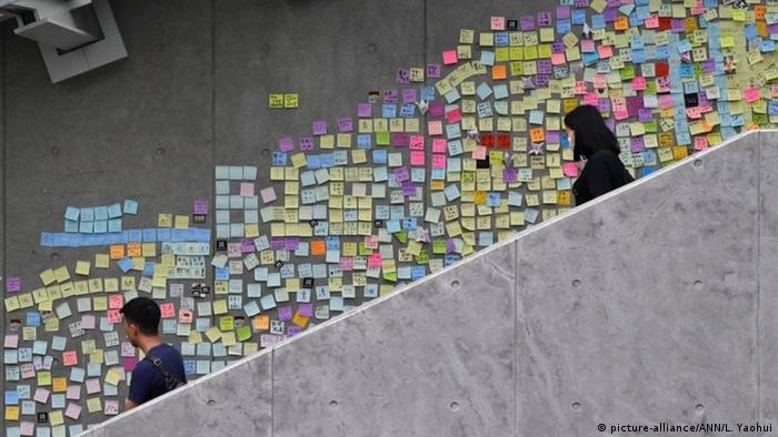 Hong Kong - Lennon Wall mit Notizen von Demonstranten