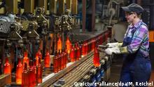 Mitarbeiterin Nancy Sturm entnimmt am 16.02.2013 in Grossbreitenbach (ThŸringen) eine Flasche aus der Glasproduktion bei Wiegand-Glas zur Gewichtskontrolle. Sorgen bereiten dem mittelstŠndischen Familienbetrieb mit sehr hohem Stromverbrauch die Abgaben nach dem Erneuerbare-Energien-Gesetz (EEG). Foto: Michael Reichel (ari) | Verwendung weltweit