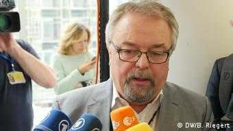 Αντιπαραγωγικές χαρακτηρίσει τις μετακομίσεις ο γερμανός ευρωβουλευτής Γενς Γκάιερ