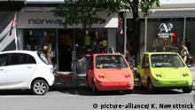 Norwegen Oslo | Geparkte Elektroautos beim Aufladen der Akkus