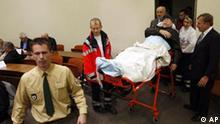 Der mutmassliche fruehere KZ-Wachmann, John Demjanjuk, wird Dienstag, 1. Dezember 2009, in einen Gerichtssaal des Landgerichts in Muenchen, Bayern, von sanitaetern und einem Arzt gefahren. Demjanjuk muss sich wegen Beihilfe zum Mord an 27.900 juedischen Maennern, Frauen und Kindern vor dem Landgericht verantworten. Die Anklage wirft dem heute 89-Jaehrigen vor, 1943 als bewaffneter Aufseher im Vernichtungslager Sobibor die Opfer aus den Zuegen in die Gaskammern getrieben zu haben. (AP Photo/Matthias Schrader, Pool)