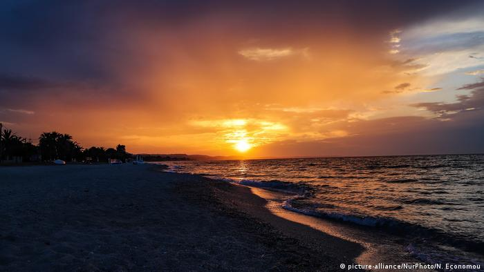 Griechenland Sonnenuntergang Pefkochori, Halkidiki (picture-alliance/NurPhoto/N. Economou)