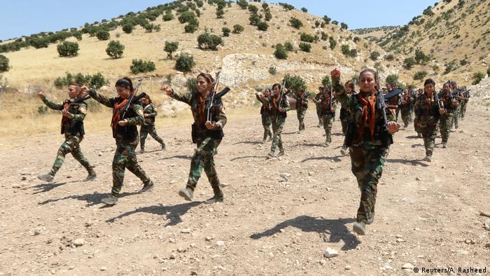 تصاویر این گزارش تصویری پایگاه آموزشی زنان پیشمرگه کرد وابسته به حزب آزادی کردستان را در نزدیکی اربیل نشان میدهد.