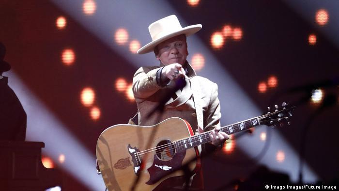 Schauspieler Kiefer Sutherland als Sänger mit Hut und Gitarre (imago images/Future Image)
