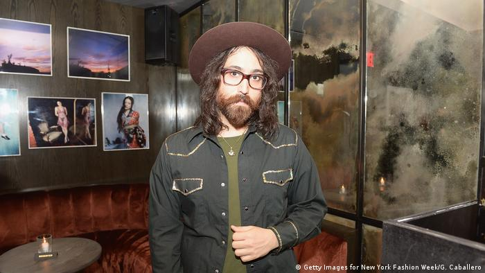 Musiker Sean Lennon mit Hut in einer Bar in New York (Getty Images for New York Fashion Week/G. Caballero)