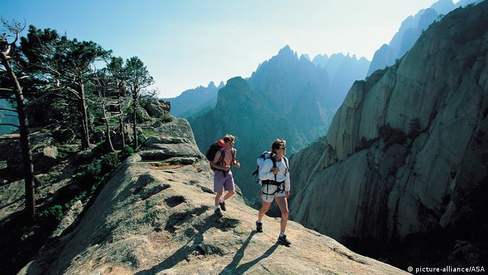 Wanderer auf einem Berggrat, Korsika (picture-alliance/ASA)