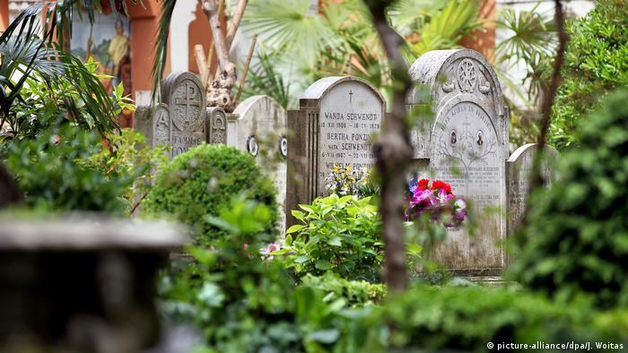 Gravestones at Teutonic Cemetery (picture-alliance/dpa/J. Woitas)