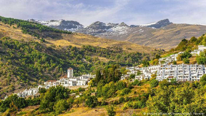 Weißes Dorf Capileira in den Alpujarras, Spanien (picture-alliance/Chromorange/J. Feuerer)