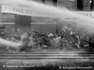 Carros lanzaaguas disuelven una manifestación de protesta contra la dictadura en Santiago de Chile en los años 80 (Foto: ONE WORLD FESTIVAL Berlin)