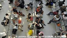 Thailand Wartende Passagiere am Flugahfen Bangkok