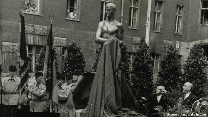 Unveiling of a memorial in Berlin 1953 (picture-alliance/akg-images)