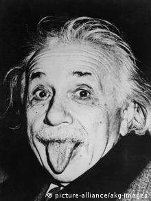 Однажды, устав от назойливых фотографов, Энйштейн показал им язык. Этот снимок стал культовым
