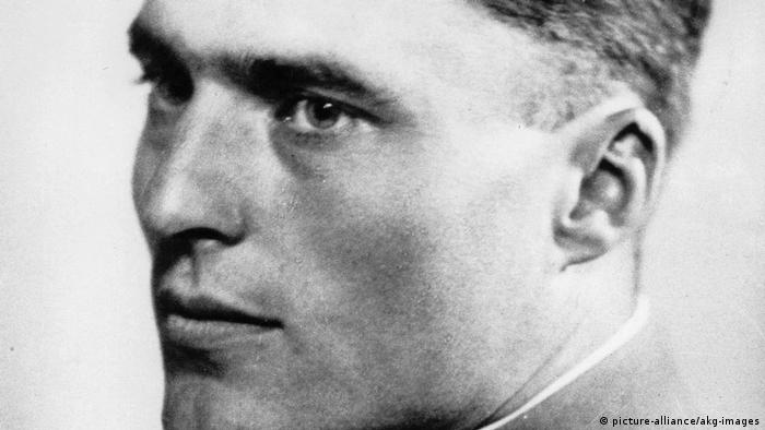 Black and white portrait photo of Claus von Stauffenberg / Foto um 1934 (picture-alliance/akg-images)
