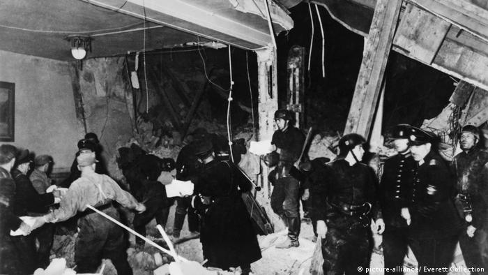 Foto antiga mostra policiais removendo escombros em local destruído