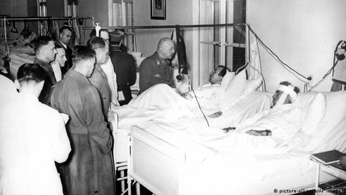 High ranking Nazis in 1939 visiting victims injured in the bombing attempt on Hitlers life in Munich (picture-alliance/AP Images)