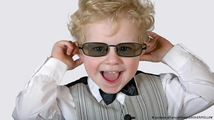 little boy with a dress shirt and bow ties and sunglasses (picture-alliance/imageBROKER/FELLOW)