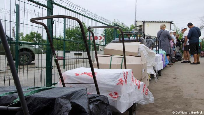 Тележки с товарами, которые перевозят через КПВВ в ЛНР