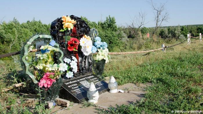Памятник погибшим бойцам Национальной гвардии Украины, оказавшийся в серой зоне