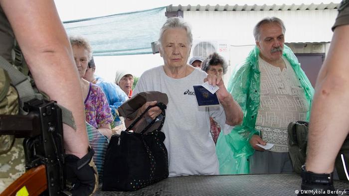 Пожилые люди пересекают КПВВ Станица Луганская