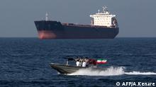 Iranisches Patrouillenboot vor Öltanker in Straße von Hormus