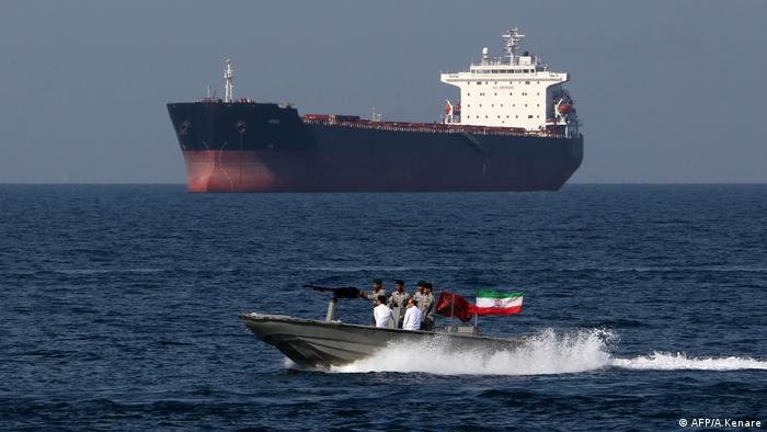 Iranski patrolni čamac pored tankera u Hormuškom tjesnacu.
