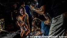23.03.2018 *** Relatives weep over the body of Jonathan Sevilla, who was shot dead by unknown attackers in Navotas, Metro Manila, Philippines, March 23, 2018. More than 27,000 have been killed as a result of a two-year war on drugs in the Philippines. In 2016, Rodrigo Duterte became president of the Southeast Asian republic. His campaign promise to fight drugs with any means won him the election: he threatened those connected to the drug trade with death, called for vigilante justice, and allowed the police to act with brutality. Human rights groups and local media have reported that dealers, users, petty criminals, and even local politicians, priests, as well as plenty of innocent people and children were murdered. The United Nations have appealed in vain to the Philippine government to investigate extrajudicial killings and to prosecute the perpetrators, while the International Criminal Court has begun preliminary inquiries into the violent acts carried out in the Philippines as well as the questionable methods of Duterte and the police. Photo: Ezra Acayan/NurPhoto (Photo by Ezra Acayan/NurPhoto) | Keine Weitergabe an Wiederverkäufer.
