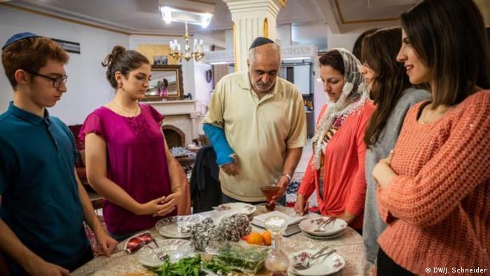 روز شنبه در دین یهودی حالت یک عید را دارد که روز هفتم هفته است. شبات قبل از غروب خورشید روز جمعه با روشن کردن شمع و قرائت قیدوش بر روی ظرف شراب شروع میشود. شبات در شب روز شنبه به پایان میرسد و پایان آن توسط دعای هودالا است. در شبات قرائت تورات، اضافه کردن مصاف به عبادت روزانه، صرف سه وعده غذای مفصل انجام میشود و کارهایی که طبق شریعت یهود ممنوع است انجام نمیشوند.