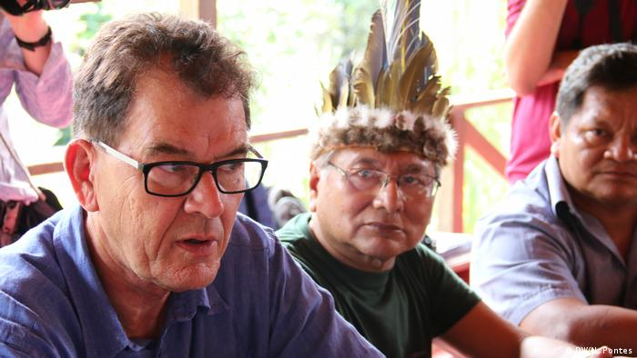 Ministro alemão do desenvolvimento, Gerd Müller, aparece em primeiro plano com representantes de povos indígenas brasileiros ao fundo. O ministro visitou o Brasil em julho de 2019.
