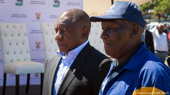 Südafrika Cyril Ramaphosa und Bheki Cele (Getty Images/AFP/R. Bosch)