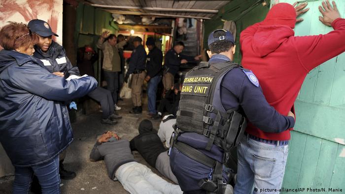 Südafrika Kapstadt Polizeirazzia ind Manenberg (picture-alliance/AP Photo/N. Manie)