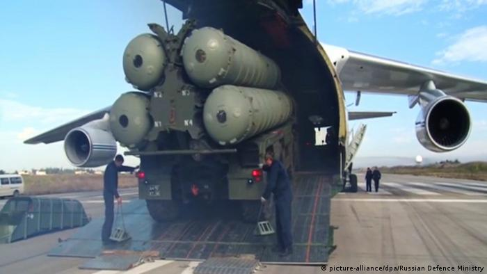 The Russian S-400 missile system being unloaded at an airport in Turkey (picture-alliance/dpa/Russian Defence Ministry)