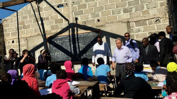 Secretário-geral da ONU, António Guterres, em conversa com crianças numa escola destruída pelo ciclone Idai na cidade da Beira, Moçambique