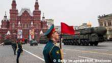 Russland Militärparade am Roten Platz in Moskau