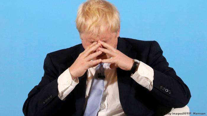 Ex-ministro do Exterior Boris Johnson leva as duas mãos ao rosto