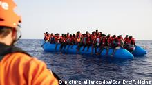Seenotrettung im Mittelmeer (picture-alliance/dpa/Sea-Eye/F. Heinz)