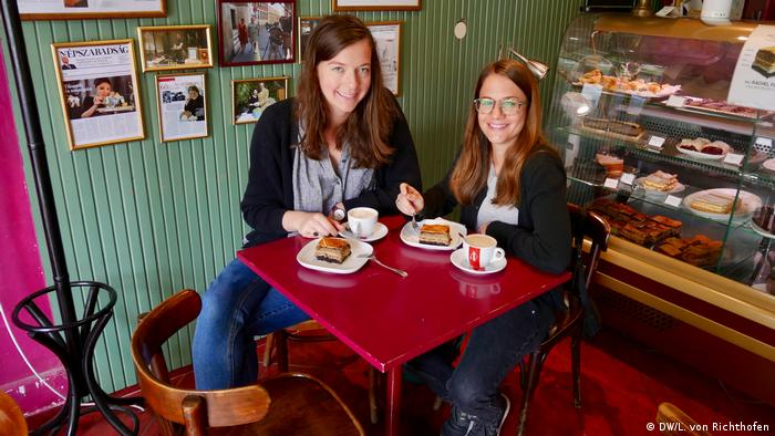 DW reporters Giulia and Luisa enjoy traditional Hungarian Jewish cake in Budapest.