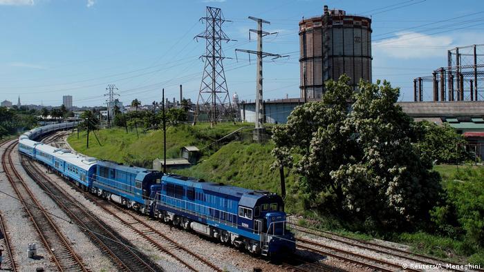 Jungfernfahrt: Kubas erster in China hergestellte neue Zug bei der Abfahrt vom Bahnhof La Coubre in Havanna am 13. Juli 2019 | Bildquelle: dw.com © REUTERS/Alexandre Meneghini | Bilder sind in der Regel urheberrechtlich geschützt