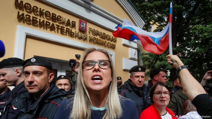 Незарегистрированный кандидат Любовь Соболь среди участников митинга.