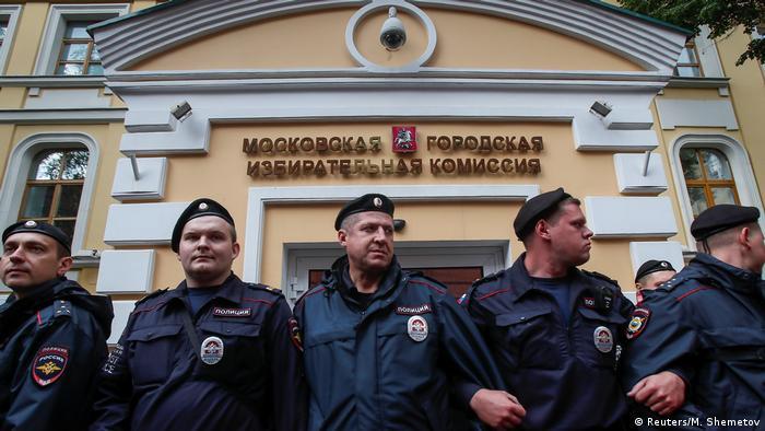 Здание Мосгоризбиркома во время протестов из-за недопуска независимых кандидатов, июль 2019 года