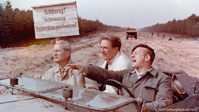 Filmstill aus Leute mit Flügeln mit drei Männern im Jeep (DEFA-Stiftung/Herbert Kroiss)
