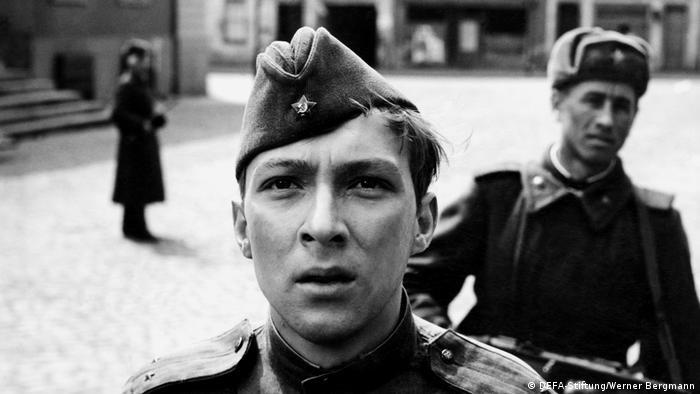 Filmstill aus Ich war neunzehn mit jungem Soldat im Vordergrund in Strassenszene (DEFA-Stiftung/Werner Bergmann)