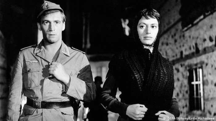 Filmstill aus Sterne mit Soldat und junger Frau mit Kopftuch ( DEFA-Stiftung/Lotte Michailowa)