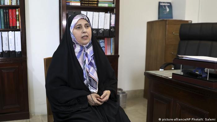 Iran | Zum tragen von Hidschabs: Parvaneh Salahshouri (picture-alliance/AP Photo/V. Salemi)