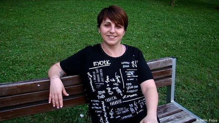 Adrinana Ružička (u Zagrebu, snimljeno nakon povratka iz Irske, sjedi na klupi i smije se)