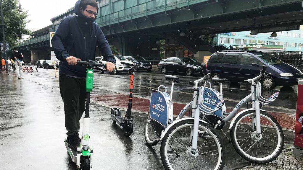 Rental bikes or e-scooters: Who will win Berlin′s urban mobility