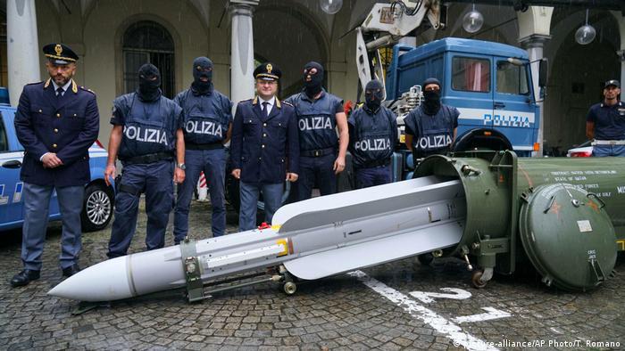 Italien Lenkrakete beschlagnahmt – Polizei findet Kriegswaffen bei Rechtsextremist (picture-alliance/AP Photo/T. Romano)