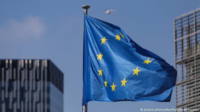 Флаг ЕС на фоне зданий в Брюсселе