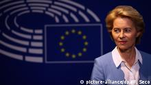 Ursula von der Leyen in front of the EU flag (picture-alliance/dpa/F. Seco)